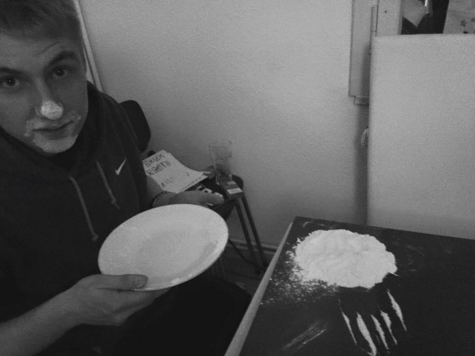 Benji schaut erwartungvoll in die Kamera, mit einem Teller in der Hand und Mehl auf dem Tisch